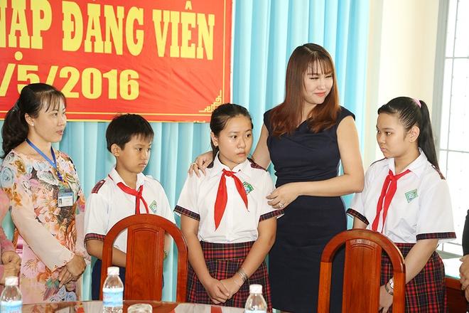 Phi Thanh Van dong hoc phi cho co be ngheo mien Tay hinh anh 1