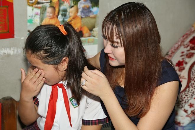 Phi Thanh Van dong hoc phi cho co be ngheo mien Tay hinh anh 6