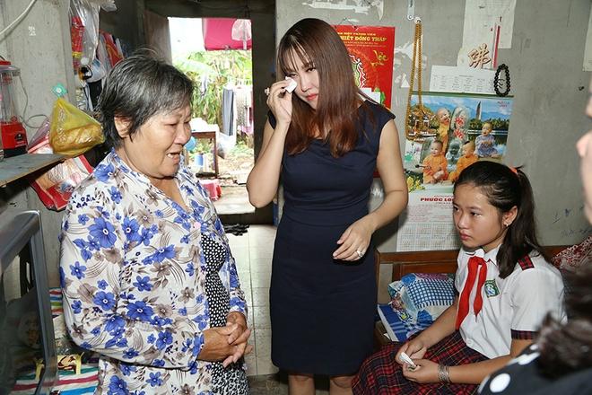 Phi Thanh Van dong hoc phi cho co be ngheo mien Tay hinh anh 7