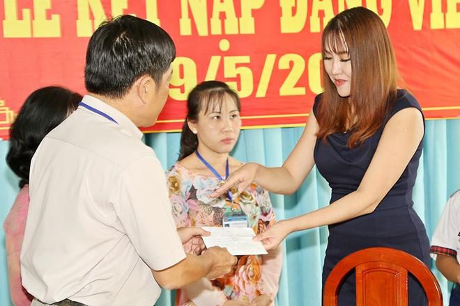 Phi Thanh Van dong hoc phi cho co be ngheo mien Tay hinh anh 2