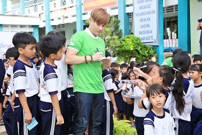 Nguyen Vu vui voi 500 hoc sinh ngheo o TP.HCM hinh anh 6