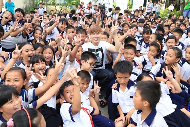 Nguyen Vu vui voi 500 hoc sinh ngheo o TP.HCM hinh anh 1