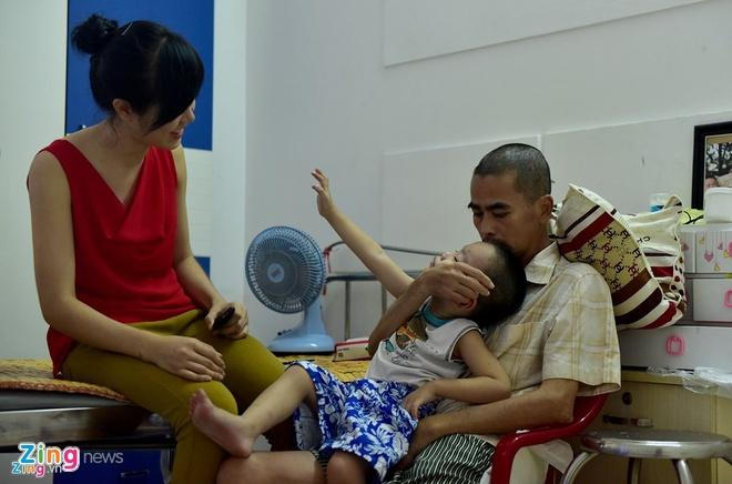 Gia dinh dua dien vien Nguyen Hoang ve que dieu tri tai bien hinh anh 2