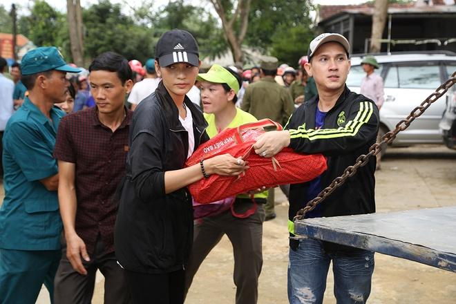 Nguyen Vu - Truong Thi May den vung lu tang qua nguoi ngheo hinh anh 2
