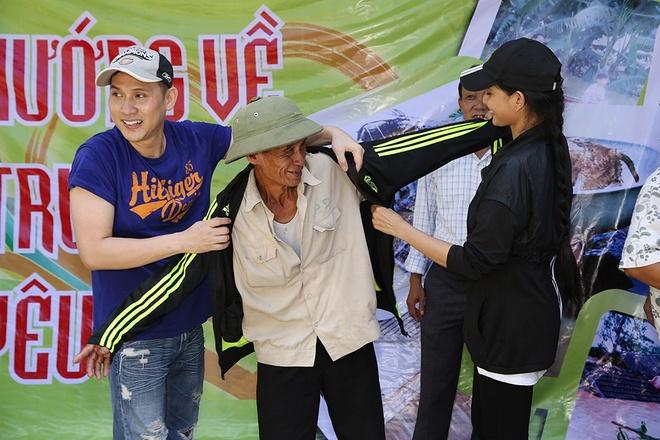 Nguyen Vu - Truong Thi May den vung lu tang qua nguoi ngheo hinh anh 5