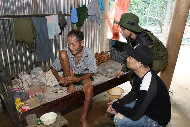 Nguyen Vu - Truong Thi May den vung lu tang qua nguoi ngheo hinh anh 9