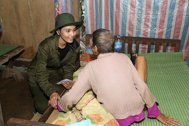 Nguyen Vu - Truong Thi May den vung lu tang qua nguoi ngheo hinh anh 10