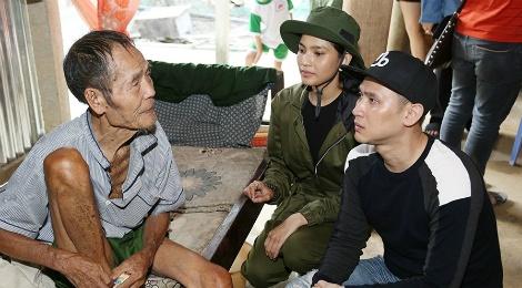 Nguyen Vu - Truong Thi May den vung lu tang qua nguoi ngheo hinh anh