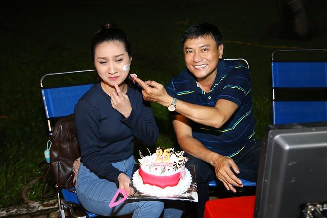 Hoang Phuc tang banh kem cho Cao My Kim o phim truong hinh anh 3
