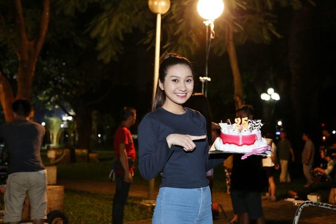 Hoang Phuc tang banh kem cho Cao My Kim o phim truong hinh anh 4