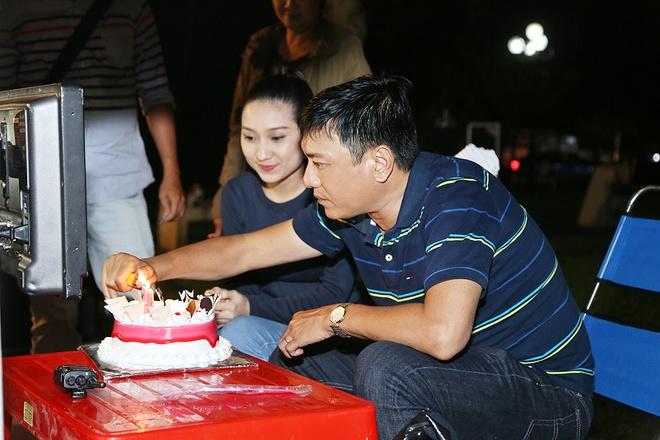 Hoang Phuc tang banh kem cho Cao My Kim o phim truong hinh anh 1