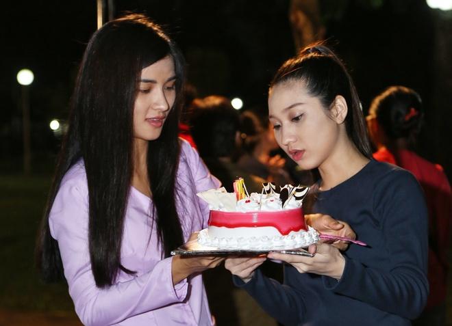 Hoang Phuc tang banh kem cho Cao My Kim o phim truong hinh anh 5