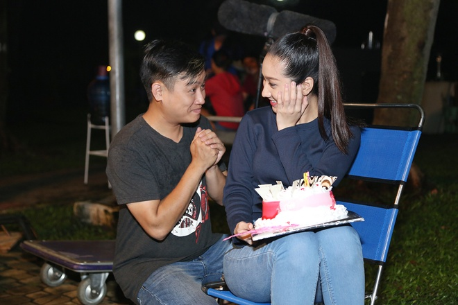 Hoang Phuc tang banh kem cho Cao My Kim o phim truong hinh anh 6