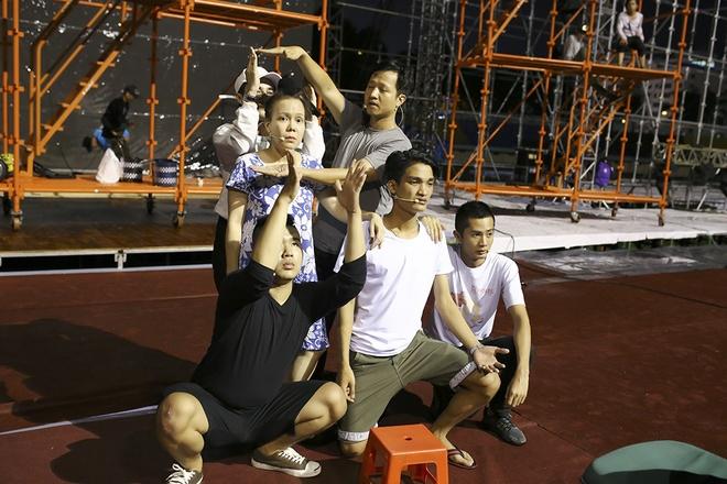 Dan Truong doi mua den tap live show cua Viet Huong hinh anh 4