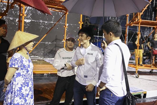 Dan Truong doi mua den tap live show cua Viet Huong hinh anh 2