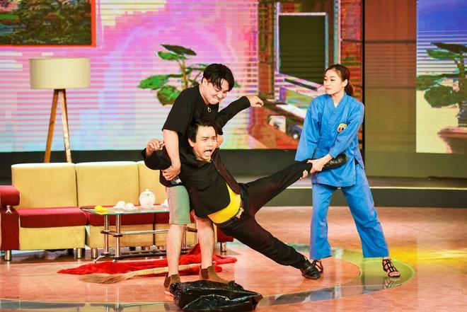 Chang trai phuc vu quan an gay xuc dong o game show hai hinh anh 6