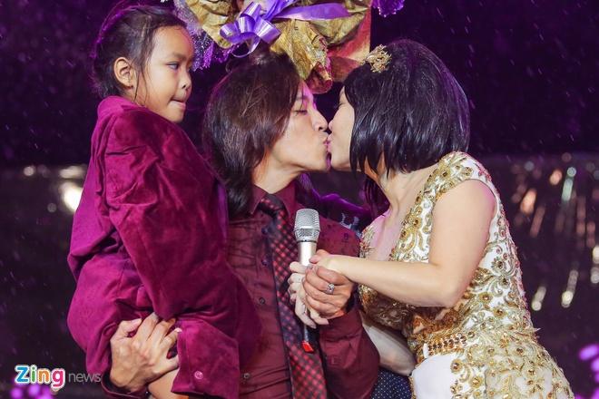 Vo chong Viet Huong hon nhau nong nan trong live show hinh anh 3