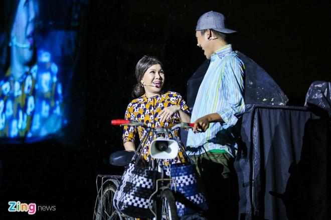 Vo chong Viet Huong hon nhau nong nan trong live show hinh anh 7