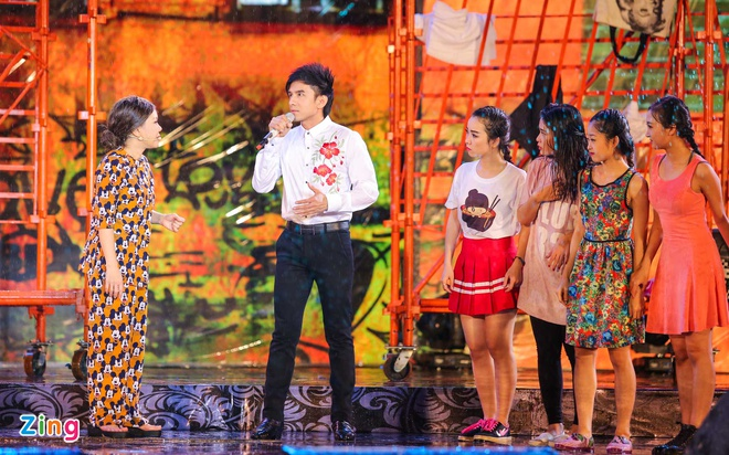 Vo chong Viet Huong hon nhau nong nan trong live show hinh anh 9