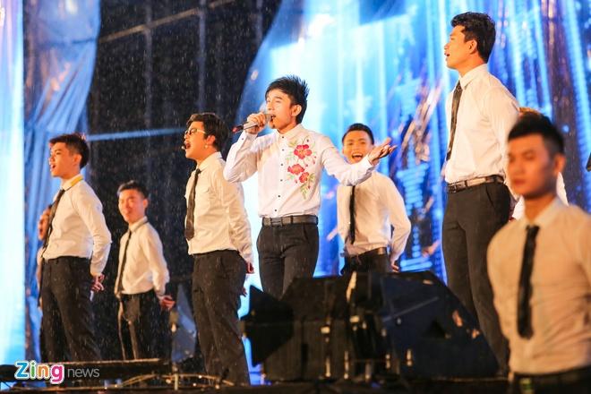 Vo chong Viet Huong hon nhau nong nan trong live show hinh anh 10