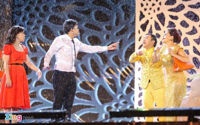 Vo chong Viet Huong hon nhau nong nan trong live show hinh anh 11