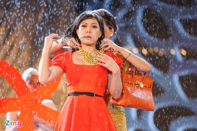 Vo chong Viet Huong hon nhau nong nan trong live show hinh anh 12
