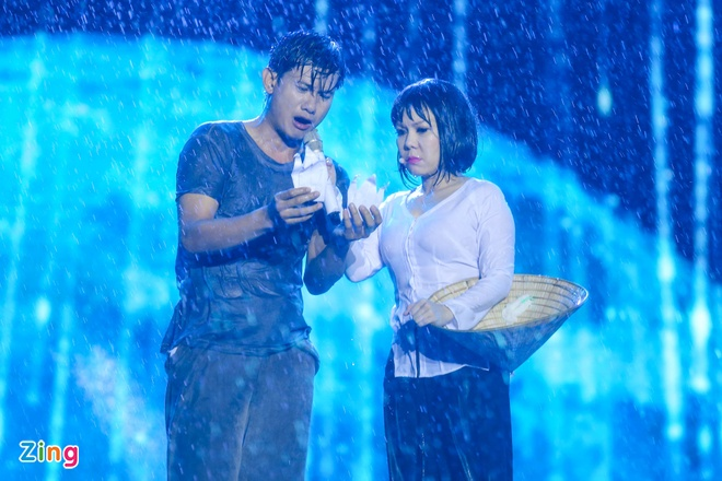 Vo chong Viet Huong hon nhau nong nan trong live show hinh anh 16