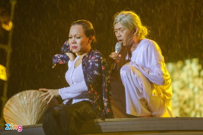 Vo chong Viet Huong hon nhau nong nan trong live show hinh anh 17