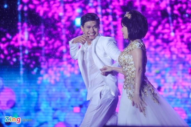 Vo chong Viet Huong hon nhau nong nan trong live show hinh anh 18