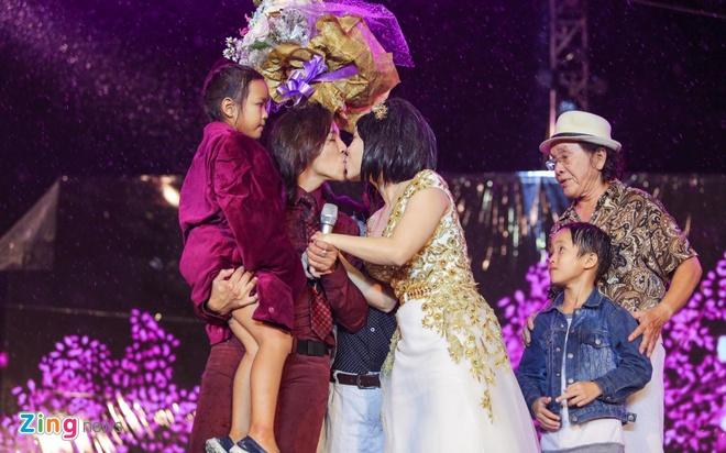 Vo chong Viet Huong hon nhau nong nan trong live show hinh anh 2