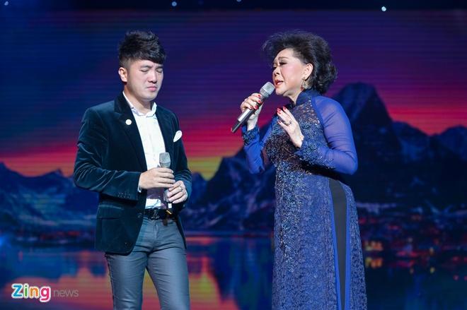 Ho Van Cuong lay nuoc mat khan gia o live show Giao Linh hinh anh 6
