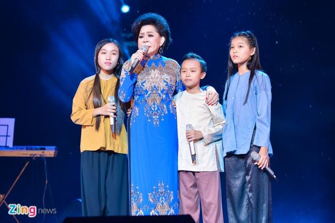 Ho Van Cuong lay nuoc mat khan gia o live show Giao Linh hinh anh 4