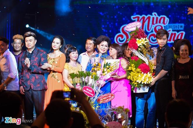 Ho Van Cuong lay nuoc mat khan gia o live show Giao Linh hinh anh 5