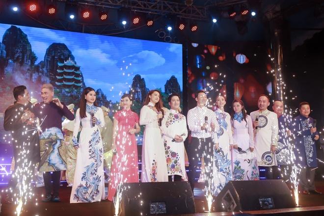 Nha Phuong xuat hien chop nhoang trong show Truong Giang hinh anh 1
