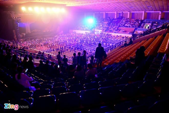 Live concert Khanh Ly o Sai Gon: Nhieu hang ghe bo trong! hinh anh 1