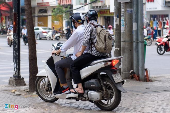 Hoai Linh mang dep le, ngoi xe may den hop bao hinh anh 4
