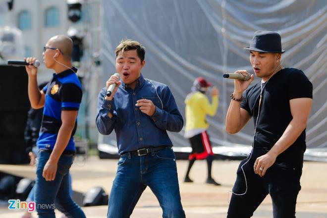 Ong Cao Thang dua Dong Nhi toi tong duyet Zing Music Awards hinh anh 10