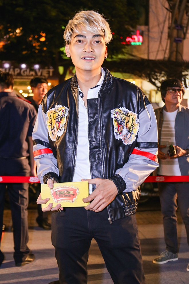 Fan vay quanh Hoai Linh tren tham do ra mat phim hinh anh 5