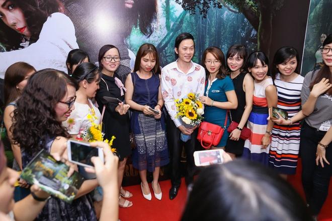 Fan vay quanh Hoai Linh tren tham do ra mat phim hinh anh 3