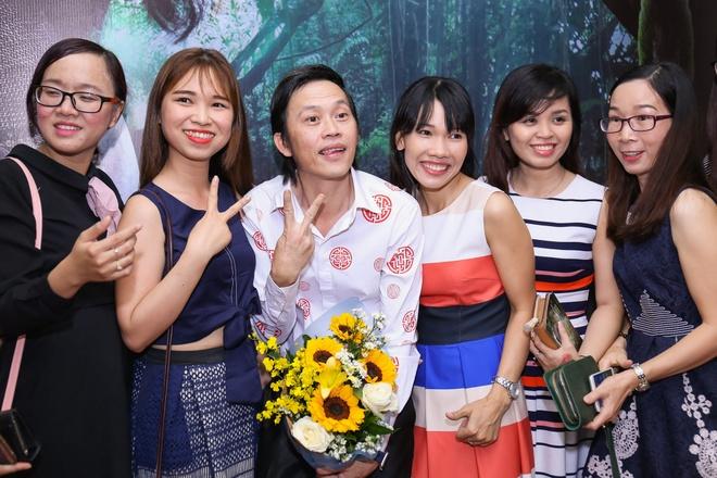 Fan vay quanh Hoai Linh tren tham do ra mat phim hinh anh 4