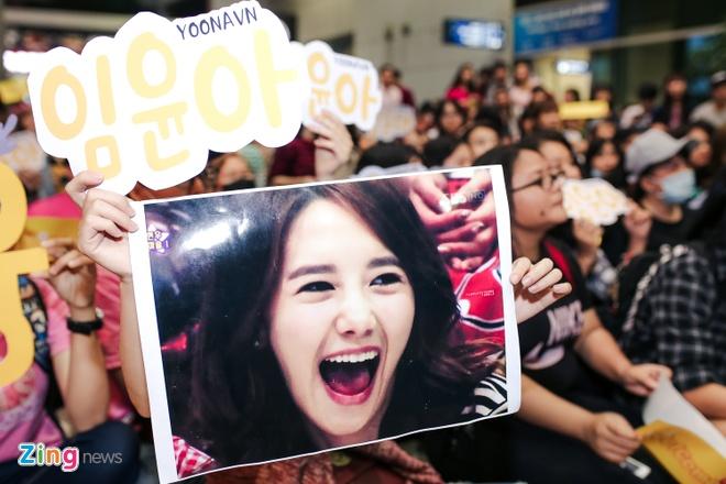 Fan Yoona (SNSD) thuc den 1h sang o san bay cho than tuong hinh anh