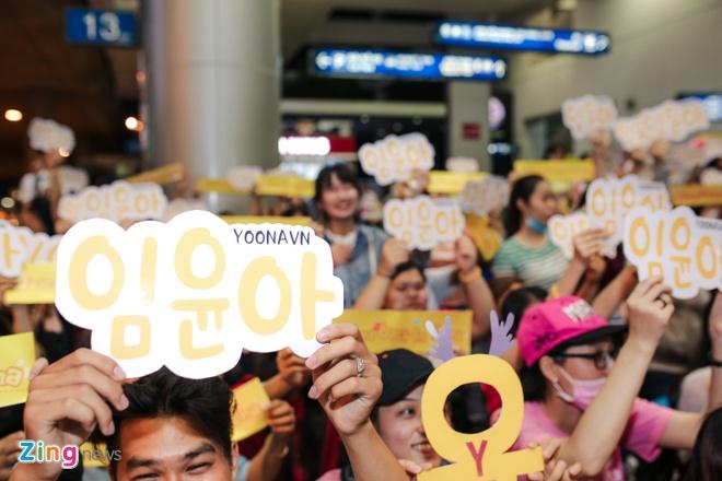 Fan Yoona (SNSD) thuc den 1h sang o san bay cho than tuong hinh anh 4