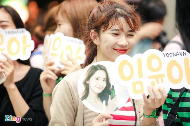 Fan Yoona (SNSD) thuc den 1h sang o san bay cho than tuong hinh anh 7