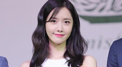 Yoona (SNSD) den tre 2 tieng, xuat hien o hop bao 10 phut hinh anh