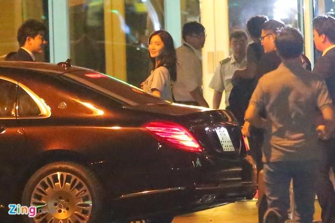 Fan ra san bay tien Yoona (SNSD) ve Han luc nua dem hinh anh 3