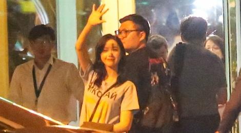 Fan ra san bay tien Yoona (SNSD) ve Han luc nua dem hinh anh