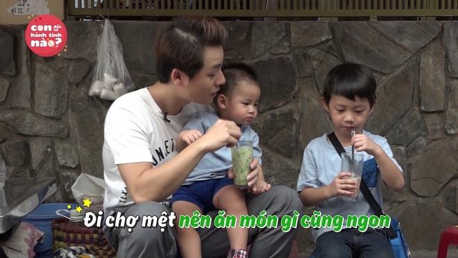 Dang Khoi vat va dua 2 con trai di cho thay vo hinh anh 4