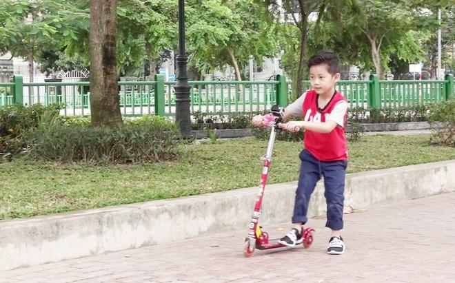 Con trai Dang Khoi 'nghien' dien thoai vi bo me ban ron voi cong viec hinh anh 4