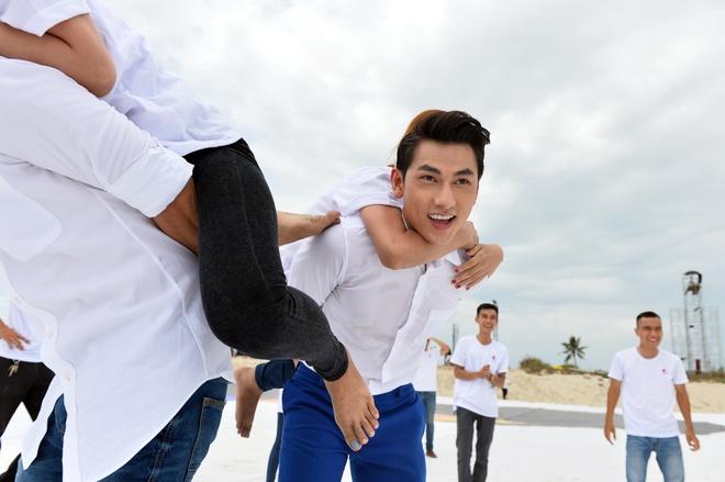 Isaac cong fan do suc cung Dong Nhi tren bai bien hinh anh