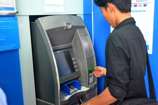 Vua rut tien tu ATM vua lo hinh anh 1